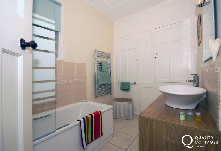 New Quay holiday house - family bathroom