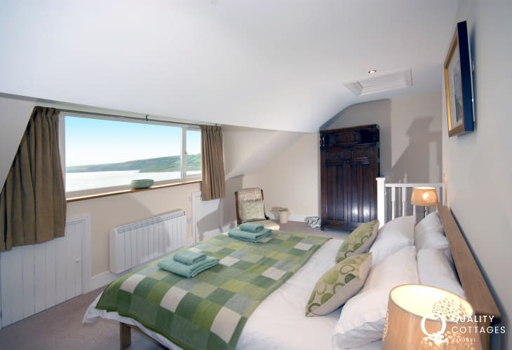 Pet friendly New Quay holiday house - master bedroom