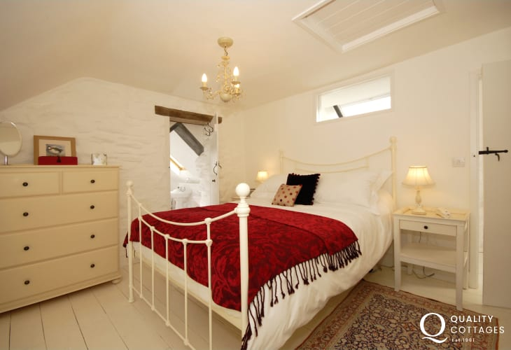 North Pembrokeshire holiday cottage - first floor double en-suite with roll-top bath