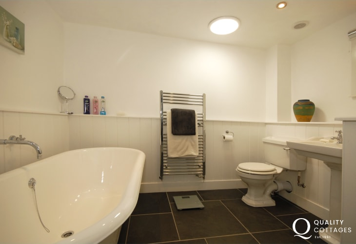 Strumble Head holiday cottage - ground floor family bathroom