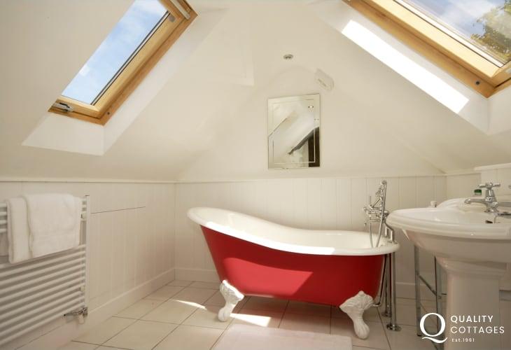 Strumble Head holiday cottage - en-suite bathroom