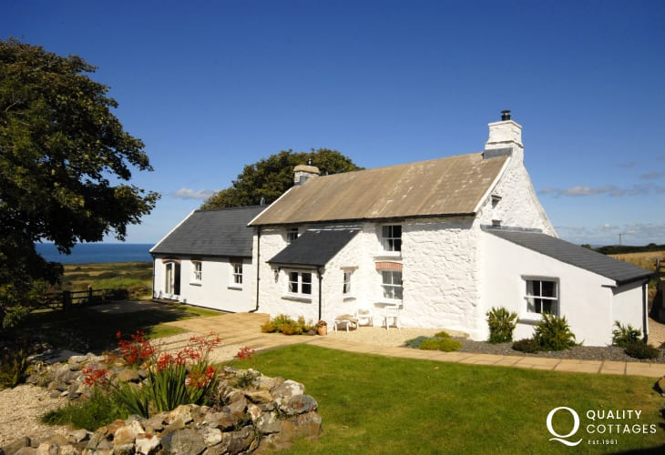 Traditional Pembrokeshire holiday cottage with stunning sea views - pets welcome