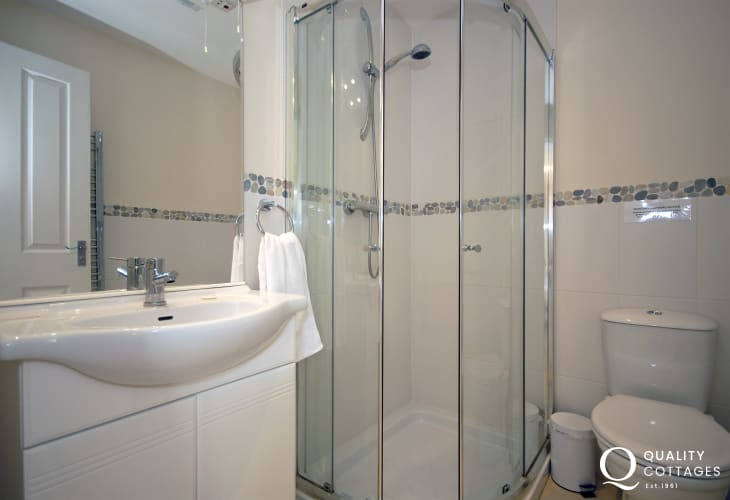 Cardigan Bay holiday cottage - twin en-suite shower