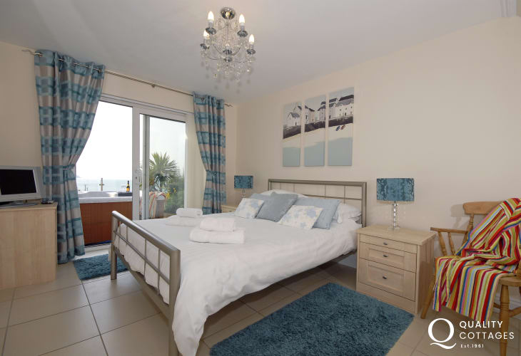 Cardigan Bay coastal holiday home sleeps 6 - double