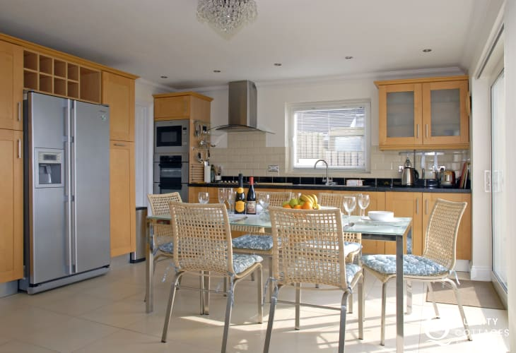 Gwbert self-catering house - open plan kitchen/diner with sea views