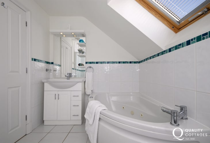 Cardigan Bay holiday cottage - master en-suite bathroom with separate shower