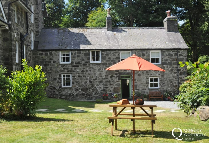 Criccieth holiday cottage in woodland setting