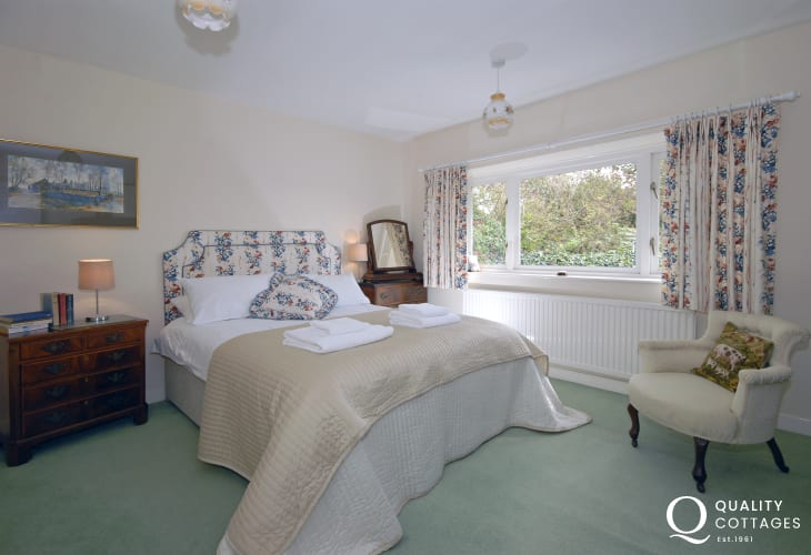 Dunraven holiday cottage sleeps 8 - master double bedroom