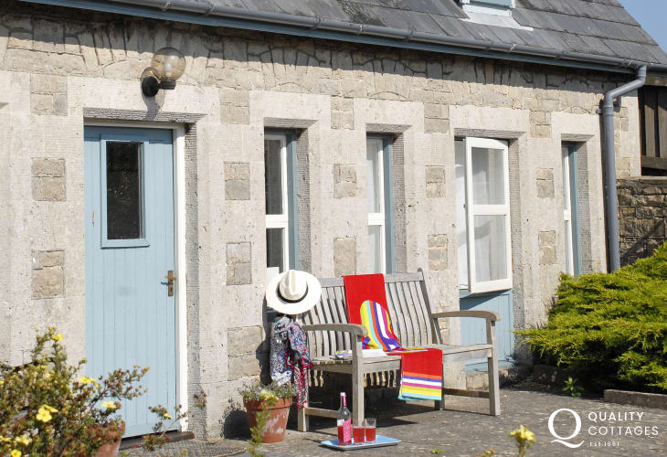 Southerndown holiday cottage with enclosed south facing front patio