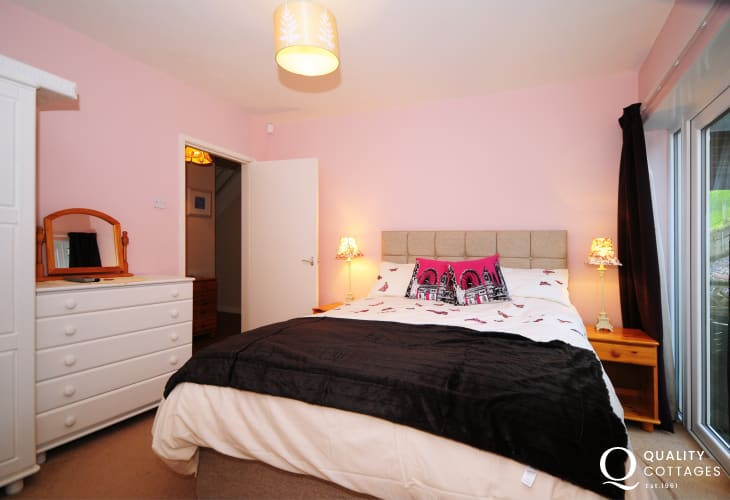 North Wales coastal holiday cottage - bedroom