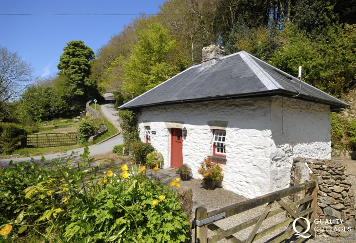 Period Pembrokeshire cottage with wifi - pets welcome
