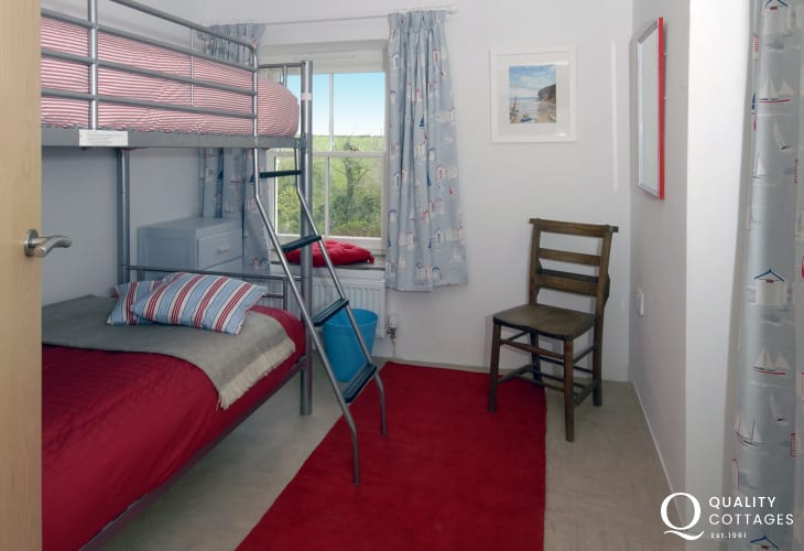 North Pembrokeshire holiday home sleeps 8 - bunk room