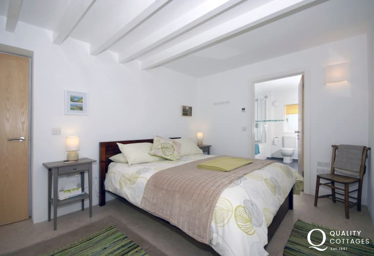 Newgale Sands holiday house - master bedroom with en-suite