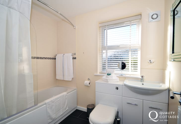 Conwy holiday cottage north Wales - bathroom