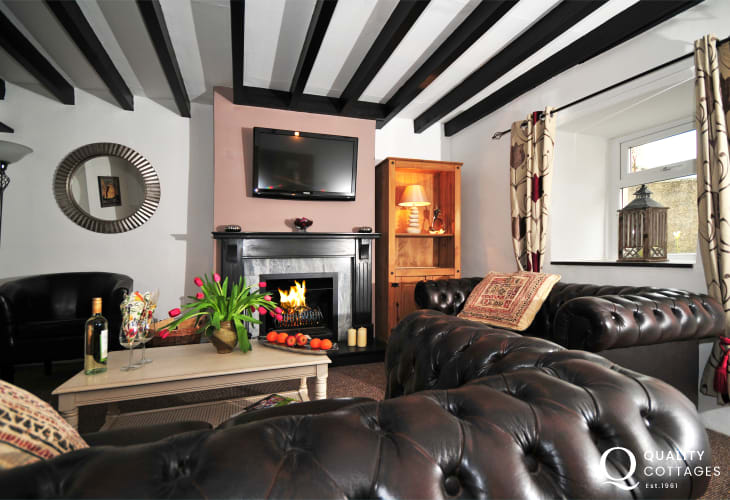 Holiday cottage near coastal path Llyn Peninsula - open fire in lounge