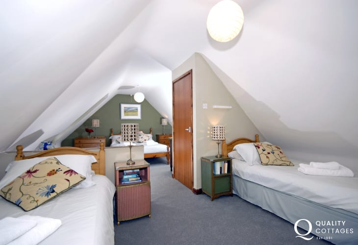 Newgale holiday cottage sleeping 9 - family room with en-suite bath/shower