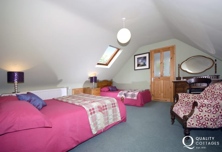Pembrokeshire holiday cottage sleeps 9 - double with single and en-suite shower