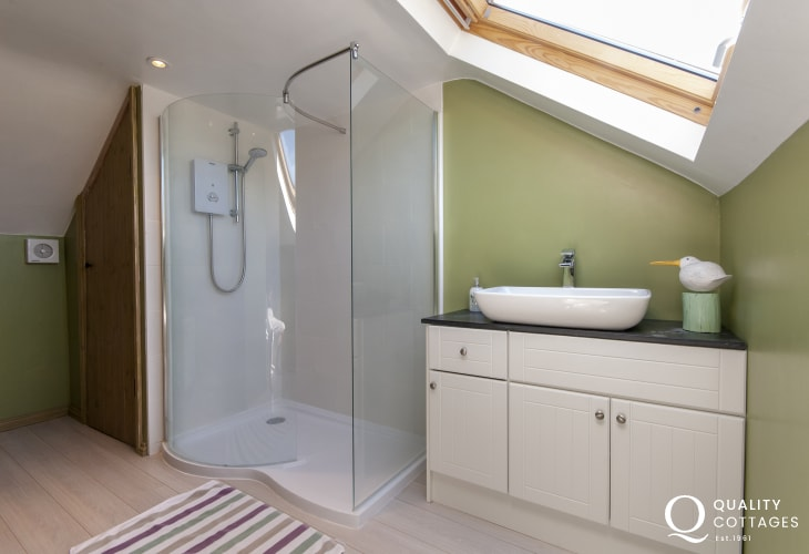 Solva holiday cottage - luxury first floor shower room