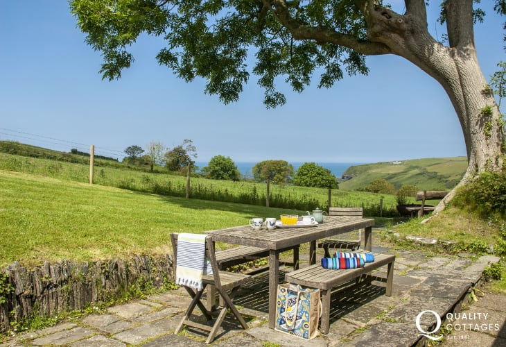 Molygrove holiday cottage with large private garden - dogs welcome