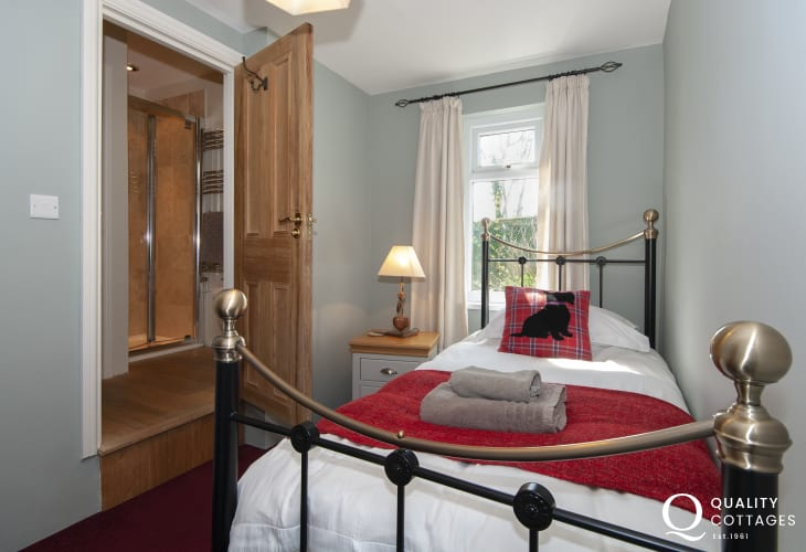 Holiday cottage in Pembrokeshire sleeping 5 - single with shared shower room