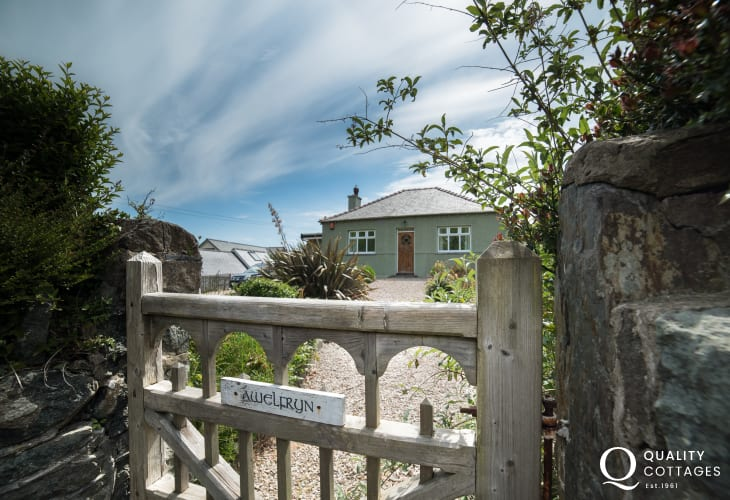 1920's Luxury Bungalow Holiday Cottage Wales With Parking - exterior