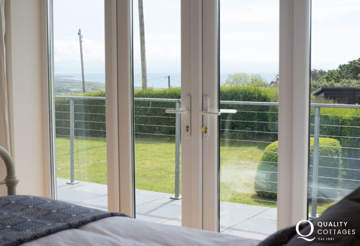 Llyn peninsula holiday cottage - double bedroom with sea view