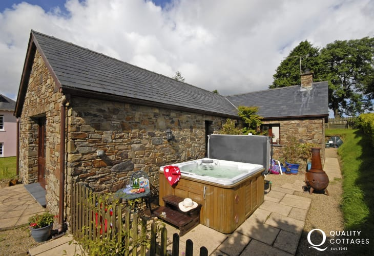 Cardigan Bay holiday cottage with hot tub and private patio with chiminea