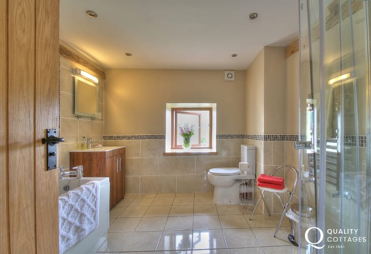 Pet friendly mid Wales holiday cottage - bathroom