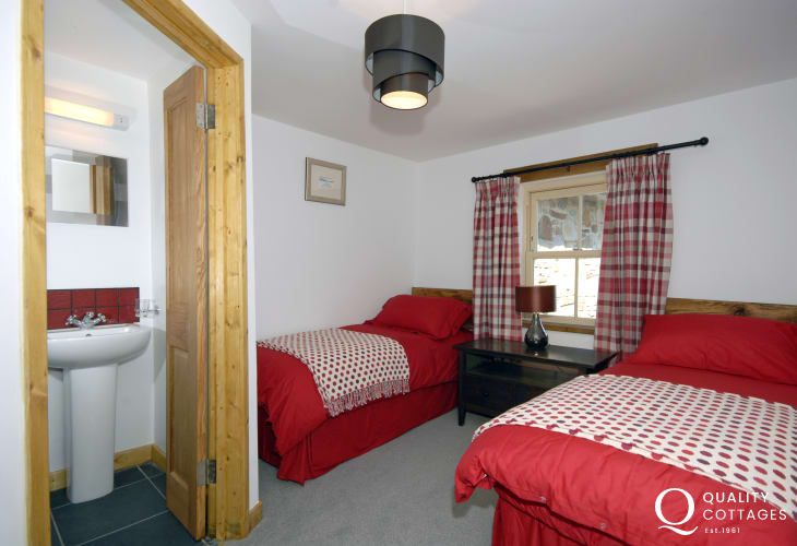 Pembrokeshire Nolton Haven farmhouse for rent sleeps 8 - twin with en-suite shower