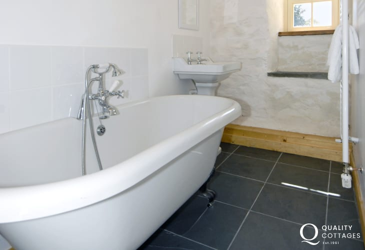 Nolton Haven holiday cottage - master en-suite bathroom