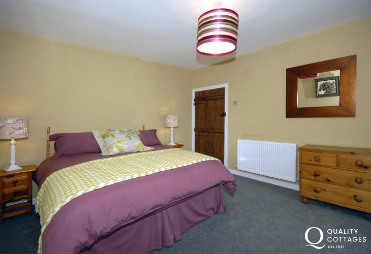 North Pembrokeshire holiday cottage - King size master bedroom