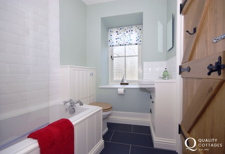 Manorbier holiday cottage - ground floor family bathroom