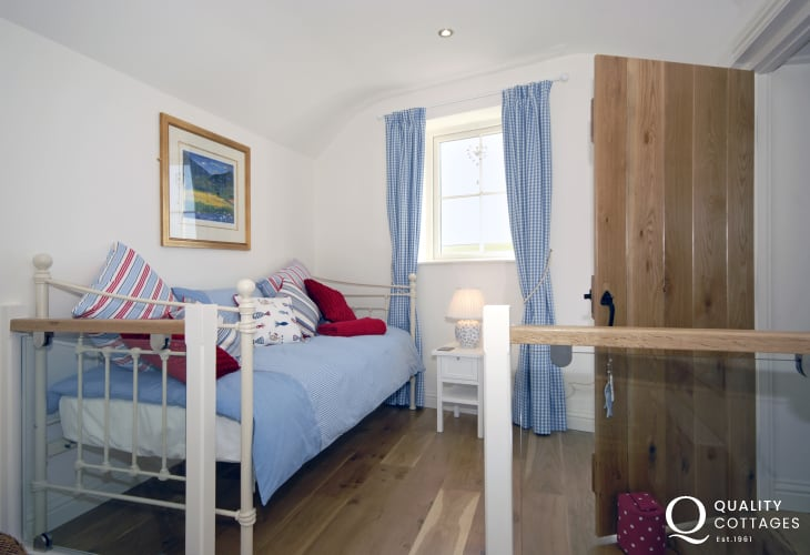 Tenby holiday accommodation sleeps 5 - day bed plus twin bedroom