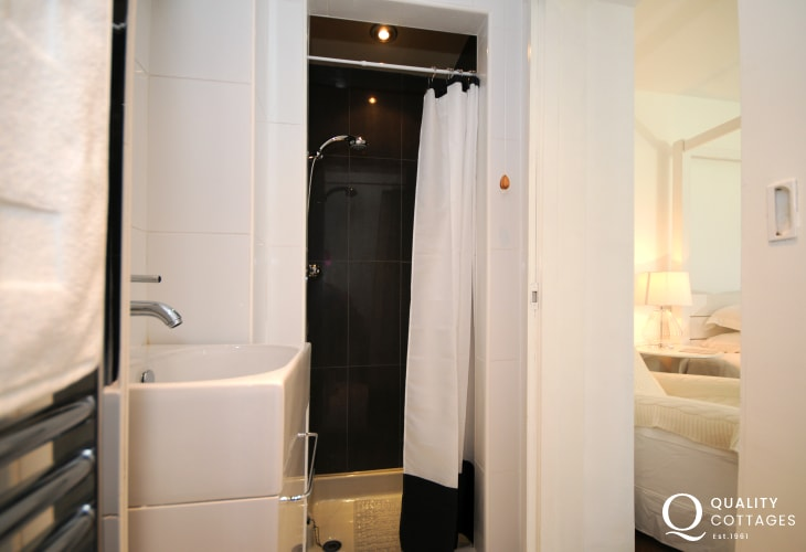 Morfa Nefyn holiday cottage - double bedroom ensuite shower room