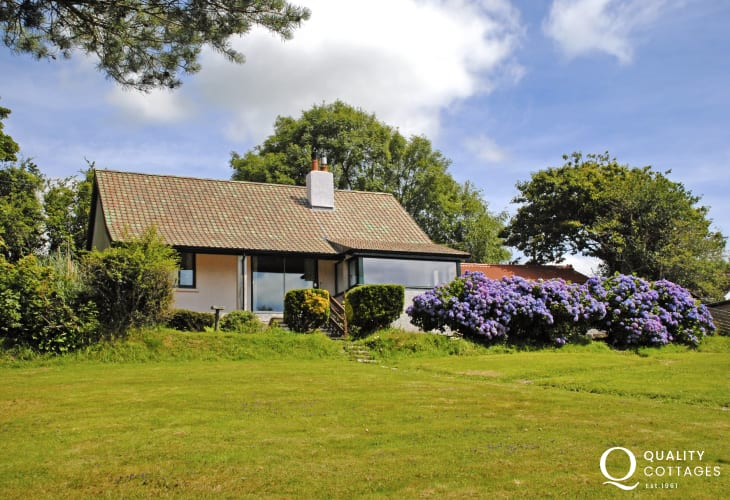 Pet friendly Wisemans Bridge holiday home with sea views