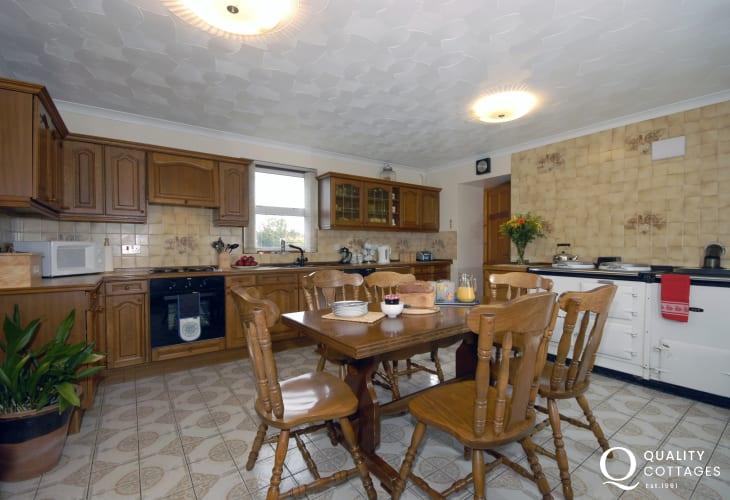 Self-catering Pembrokeshire holiday house by the sea - spacious country kitchen with Aga