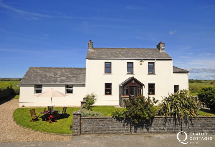 North Pembrokeshire Welsh farmhouse near Whitesands pets welcome