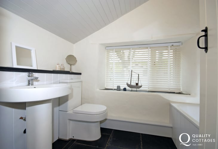 Abercastle holiday cottage - ground floor master en-suite bath/shower room