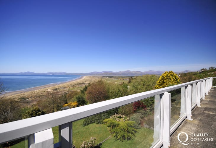 Coastal holiday cottage with panoramic sea views in Harlech, South Snowdonia.