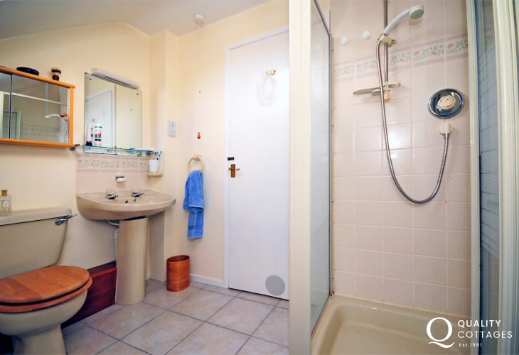 Coastal holiday cottage in Harlech, on the Llyn Peninsula - main bedroom ensuite shower room with WC, wash basin and shower.