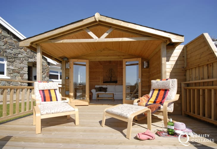 The Retreat, Manorbier - summer house with sea views