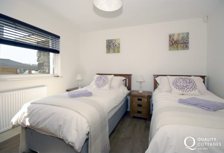 Tenby holiday home sleeps 6 - twin bedroom