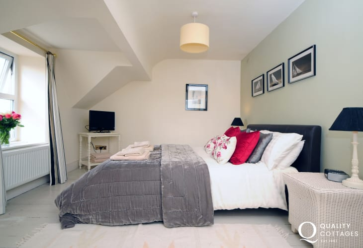 Morfa Nefyn large holiday house on the Llyn Peninsula - double bedroom with kingsize bed.