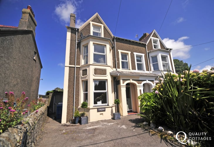 Large holiday cottage by the sea in Morfa Nefyn, North Wales - exterior of house with driveway.