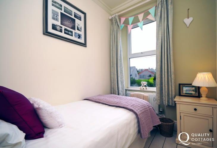 North Wales, Llyn Peninsula coastal holiday cottage - single bedroom. Sleeps 11 people.