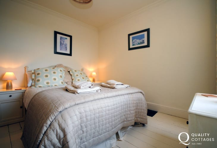 Morfa Nefyn holiday house in North Wales, sleeps 11 people - double bedroom with bedside tables and lamps.