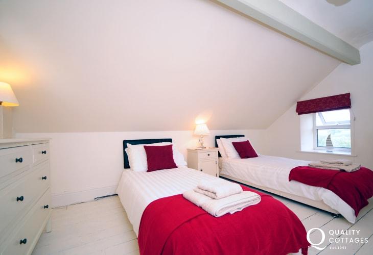 Morfa Nefyn holiday house in North Wales - twin bedroom. Sleeps 11 people.