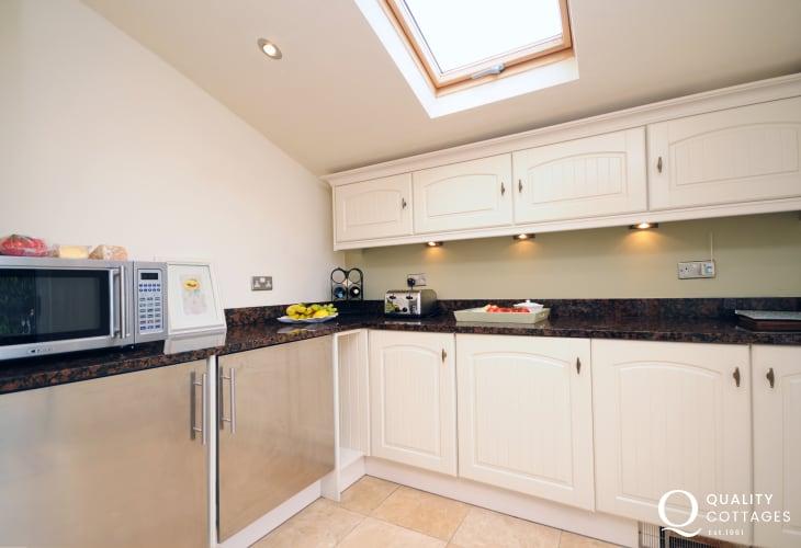 Welsh coastal holiday cottage in Morfa Nefyn - kitchen with microwave, range cooker and dishwasher.