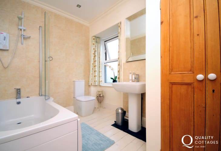Morfa Nefyn large holiday house in North Wales - family bathroom with bath, shower, WC and washbasin.