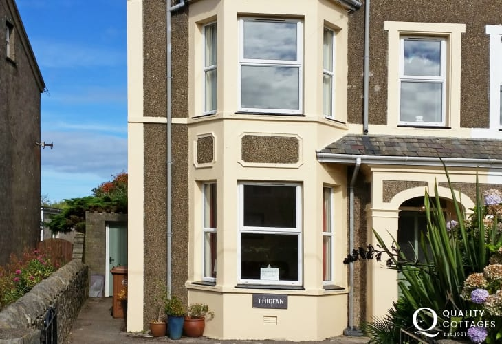 Large coastal holiday cottage in Morfa Nefyn, on the Llyn Peninsula, North Wales - exterior with driveway parking.